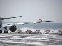 Снегоуборочная техника расчищает посадочную полосу в аэропорту