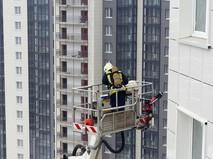 Пожарные на месте возгорания в многоэтажке