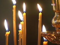 Прихожане храма ставят свечи