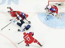 Вратарь сборной России Александр Георгиев (справа) в финальном матче молодежного чемпионата мира по хоккею между сборными командами России и Финляндии