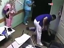 Момент нападения хирурга на пациента. Кадр из съемки видеонаблюдения