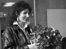 Джуна во время открытия выставки своих работ
