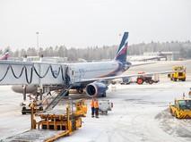 """Самолет """"Аэрофлота"""" готовят к полету снежным утром"""