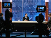 Председатель правительства России Дмитрий Медведев дает интервью по итогам работы правительства
