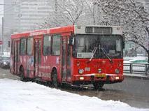 Автобус №68 едет по Хабаровской улице в Москве