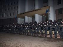 Сотрудники правоохранительных органов во время акции протеста в Кишиневе
