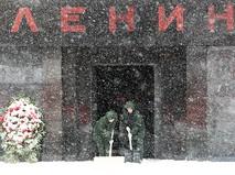 Расчистка снега у входа в мавзолей Владимира Ленина на Красной площади