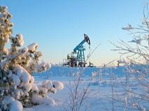 Зимний пейзаж с нефтяным станком-качалкой на заднем плане