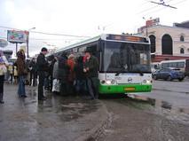 """Посадка людей в автобус №257 на Уральской улице около метро """"Щелковская"""""""