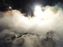 Сотрудники МЧС устраняют последствия прорыва теплотрассы
