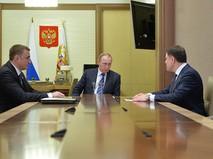 Президент России Владимир Путин, губернатор Тульской области Владимир Груздев (справа) и заместитель министра обороны России Алексей Дюмин во время встречи