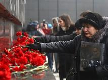 Жители Волгограда возлагают цветы к мемориальному комплексу на Мамаевом Кургане