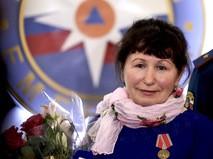 """Крановщица Тамара Пастухова, спасшая на пожаре троих рабочих, после награждения медалью """"За отвагу на пожаре"""""""