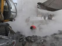 Сотрудники коммунальных служб проводят аварийно-ремонтные работы на месте прорыва теплотрассы