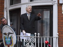 Джулиан Ассанж выступает с речью с балкона посольства Эквадора в Лондоне перед журналистами и митингующими