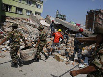 Спасатели на месте разбора завалов