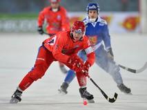 Игрок сборной России Сергей Ломанов и игрок сборной Финляндии Маркус Кумпуойя
