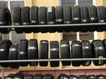 Автомобильные шины в витрине магазина
