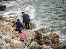 Мигранты на берегу моря