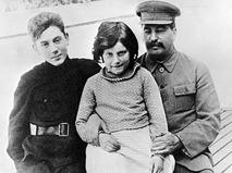 Иосиф Сталин с детьми Василием и Светланой