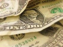 """Название доллар произошло от имени самой популярной валюты в Европе – талера. Полное название – йоахимсталер. Это монета, которую чеканили на самом большом монетном дворе Европы в чешском Йоахимстале. А знак доллара – """"$"""" – был вероломно отобран у испанского песо. Американские монеты изначально весили столько же, а вместе с весом к ним перешло и обозначение. Да так навсегда и закрепилось за американской валютой."""