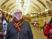 Французский актер Пьер Ришар во время посещения московского метро