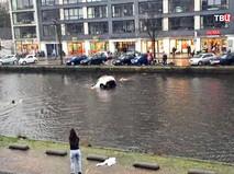 Автомобиль упал в канал в Амстердаме