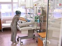 Медсестра ухаживает за ребенком в роддоме