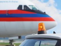 """Проблесковый маячок на крыше служебного автомобиля в аэропорту """"Домодедово"""""""