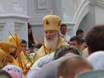 Патриарх Кирилл благословляет народ
