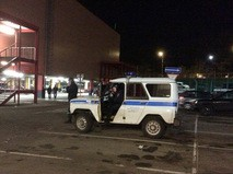 Машина полиции у здания гипермаркета