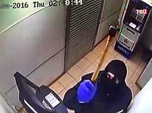 Вор разбивает камеру видеонаблюдения в отделении банка