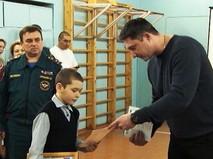 Артем Шуленков получает награду за спасение родственников при пожаре в частном доме