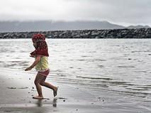 Ребенок на берегу в Индонезии