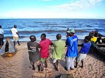 Жители Мозамбика на берегу