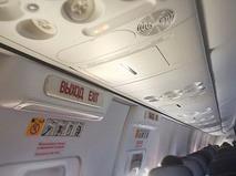 Аварийный выход в самолете