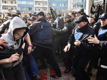 Участники акций в защиту Надежды Савченко пытаются прорваться к консульству Российской Федерации в Одессе