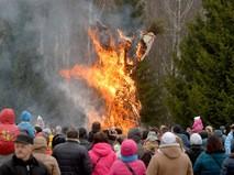 Сжигание чучела зимы на праздновании Масленицы