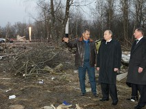 Владимир Путин, Сергей Шойгу, и Сергей Иванов осматривают место падения самолета Ту-154 под Смоленском