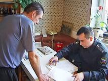 Судебный пристав общается с должником