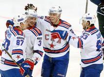 Игроки хоккейного клуба СКА радуются забитой шайбе
