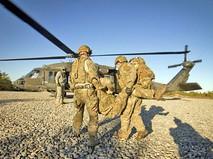 Военнослужащие армии США эвакуируют солдата на вертолете
