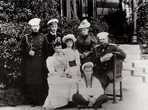 Император Александр III с супругой императрицей Марией Фёдоровной и их детьми