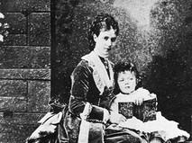 Императрица Мария Фёдоровна с сыном Николаем, будущим императором Николаем II