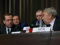 Председатель правительства РФ Дмитрий Медведев и президент Российской академии наук (РАН) Владимир Фортов
