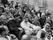 Иосиф Сталин среди делегатов I-го Всесоюзного съезда колхозников-ударников