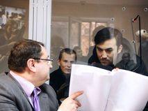 Адвокат Юрий Грабовский, россияне Александр Александров и Евгений Ерофеев (слева направо)