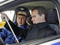 Дмитрий Медведев в салоне полицейской машины