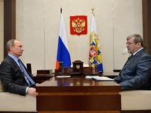 Владимир Путин и руководитель Федерального архивного агентства Андрей Артизов