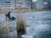 Спасение мужчин провалившихся под лед в Великом Новгороде